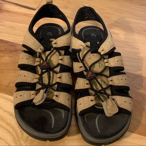 Ecco toggle system water resistant sandals. 39